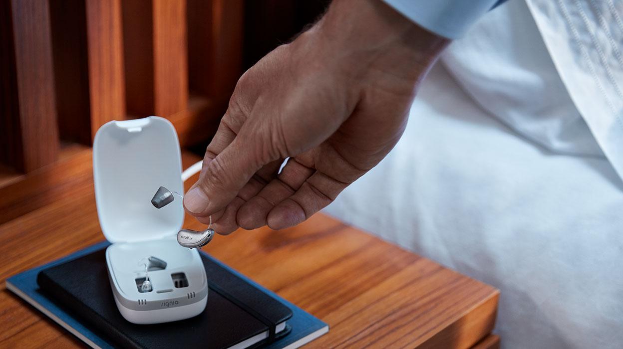 سمعک شارژی درست مانند موبایل دارای یک باتری قابل شارژ است که درون سمعک تعبیه شده است و نیازی به تعویض ندارد.
